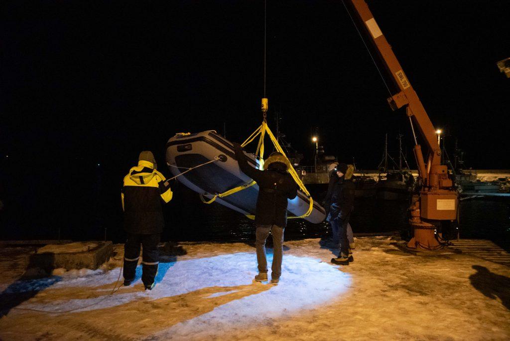 Mithilfe eines Krans wird das Boot zu Wasser gelassen.